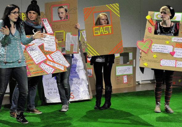 Ina Keppel (links) animiert bei der Probe die »Schein-Identitäten« zu echtem Einsatz. (Foto: Bamberger)