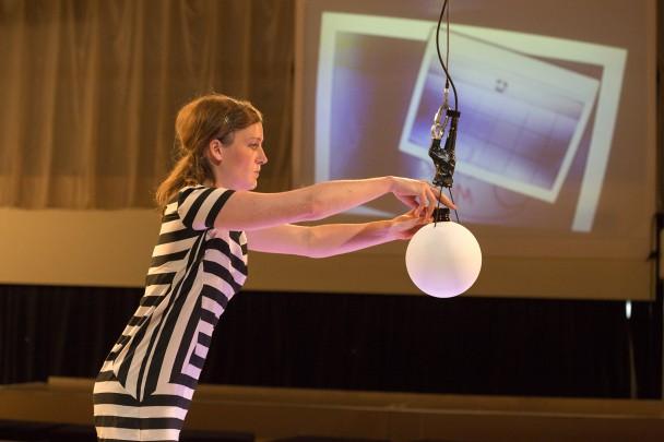 Medium Eva setzt eine Geisterprobe in das Vaporisierungspendel (Foto: R. Muranyi)