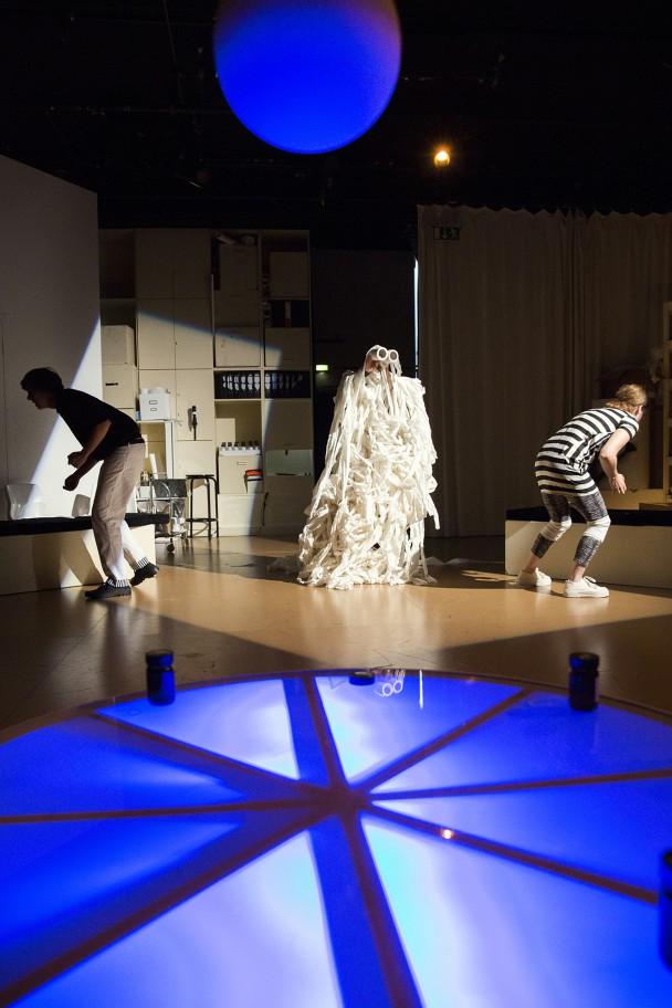 Ein klassischer Toiletten-Geist materialisiert sich auf der Bühne (Foto: R. Muranyi)