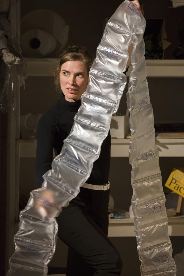Medium Vanessa auf der Suche nach dem richtigen Material, um einem Schulgeist Gestalt zu verleihen (Foto: R. Muranyi)