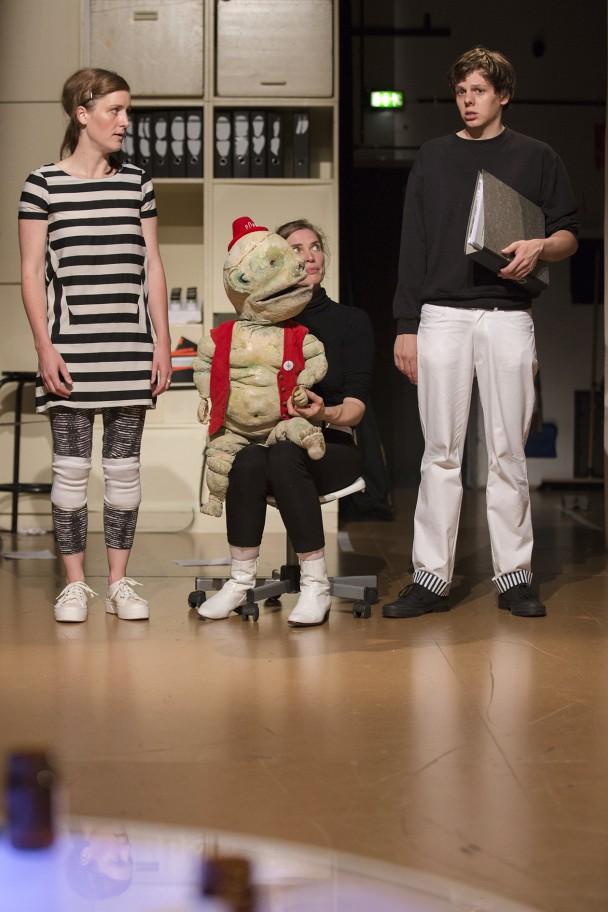 Eva Plischke, Vanessa Valk (mit dem Experten der »Spukversicherung«) und Benedikt Grubel (Foto: R. Muranyi)
