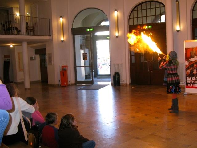 Foyer-Feuer mit den Theatermäusen (Foto: M. Kaiser)