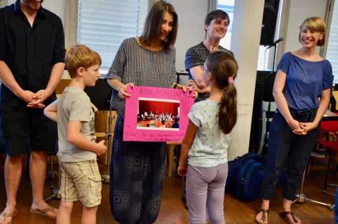 Musikerinnen und Musiker des Philharmonischen Orchesters Freiburg mit den Schülerinnen und Schülern der 3b