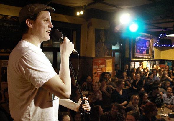 Sebastian 23 beim Poetry Slam im Café Atlantik (Foto: M. Schuler / Badische Zeitung)