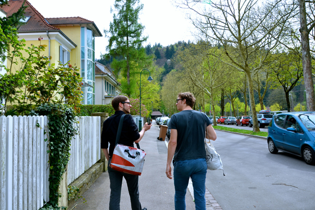 Auf dem Weg zur Kleingolfanlage in Freiburg-Waldsee: M. Kaiser und S. Spiff (Foto: K. Feldhaus)